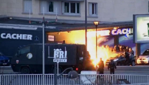 In this image taken from a video provided by PFMTV, police officers storm a kosher grocery to end a hostage situation in Paris, Friday, Jan. 9, 2015. Two sets of attackers seized hostages and locked down hundreds of French security forces around the capital on Friday, sending the city into fear and turmoil for a third day in a series of linked attacks that began with the deadly newspaper terror attack that left 12 people dead. (AP Photo /BFMTV) FRANCE OUT ONLINE OUT MANDATORY CREDIT BFMTV/NY844/873948332226/FRANCE OUT ONLINE OUT MANDATORY CREDIT BFMTV IMAGE MADE FROM TV/1501100110